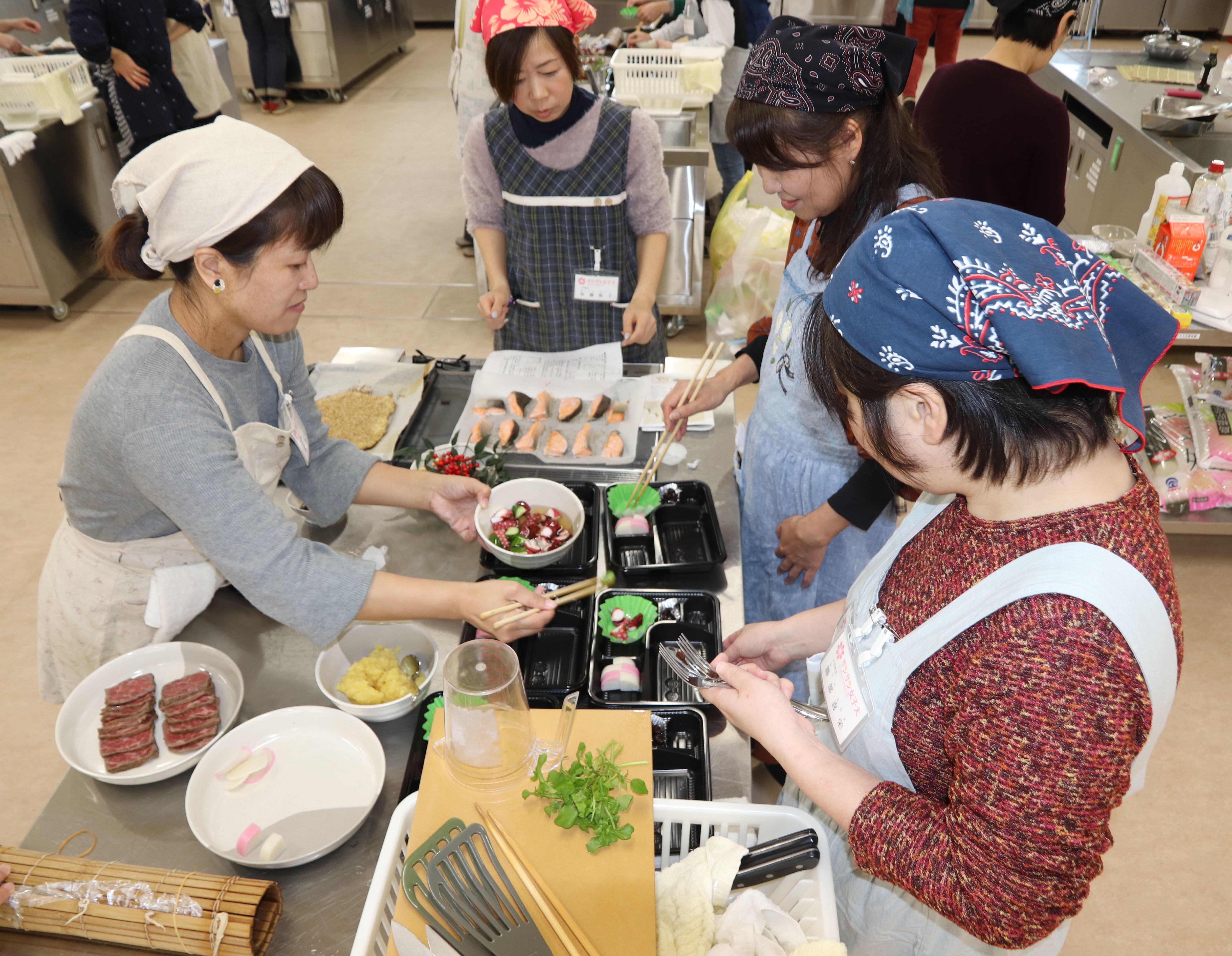 協力しながら調理する学生.JPG