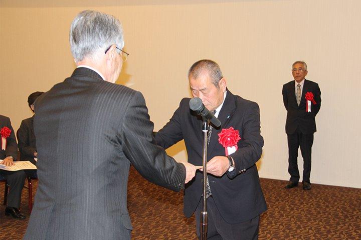 表彰状を受け取る佐々木代表