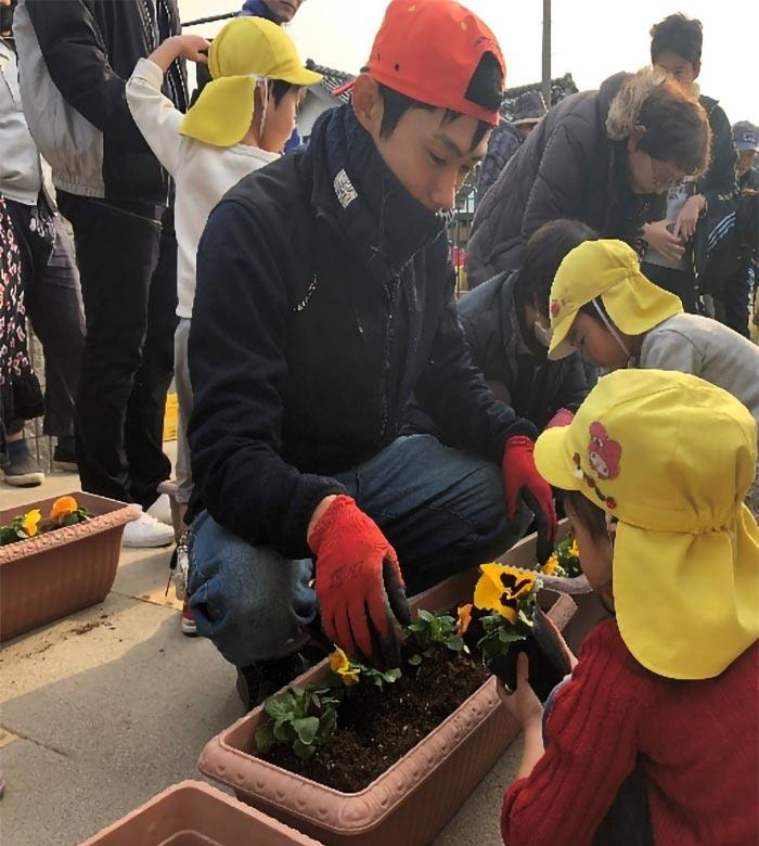 保育園での花苗植え