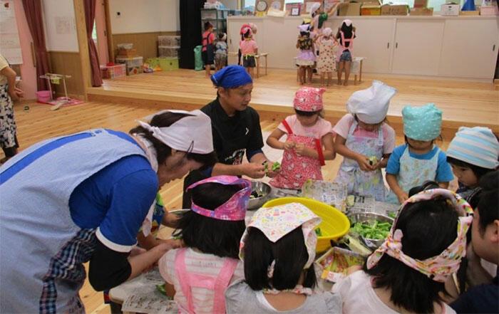 女性部さんの指導のもとカレーづくりをする園児たち